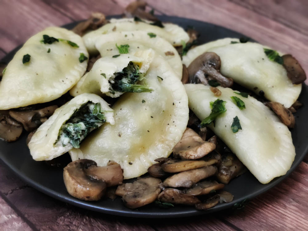 cooked spinach ravioli with served with sauteed mushrooms