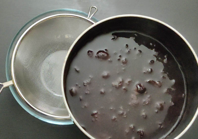 Using a strainer, drain out the syrup